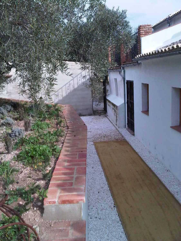 Detalle de pasillo trasero. Se ha cuidado mucho la colocación de drenes para la evacuación del agua de lluvia.