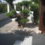 Acceso a la vivienda. El pavimento de micrcocemento con escalones de piedra