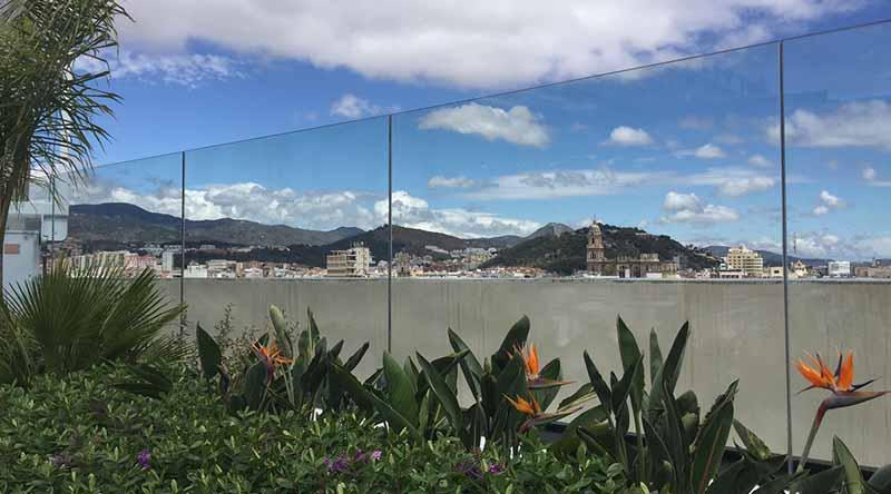 Contraste entre jardinera y skyline de la ciudad