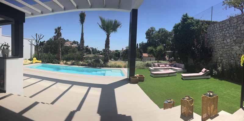 Vista de la piscina desde el porche.