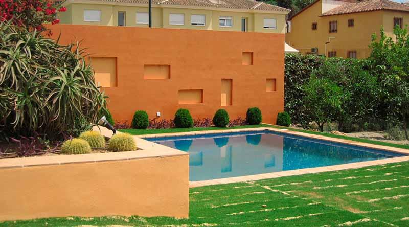 zona de piscina. El muro oculta la zona de servicios y depuradora