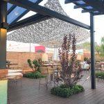 La jardinería mediterránea acoge este espacio y lo protege de su exposición al viento, el sol.