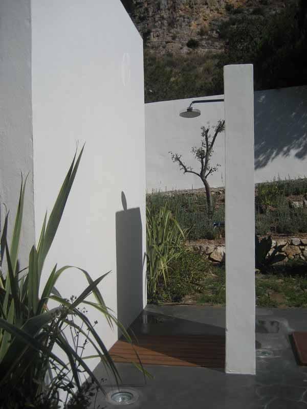 The shower hidden between the walls Villa Nan