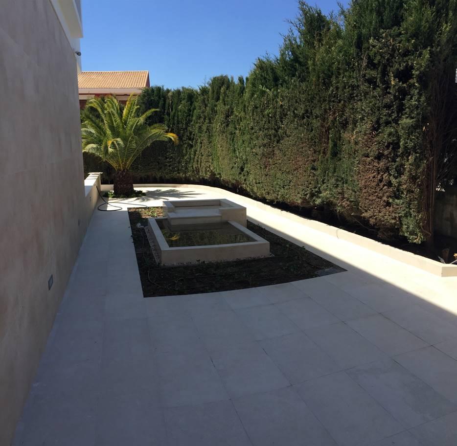 fuente acceso principal - Villa Rey