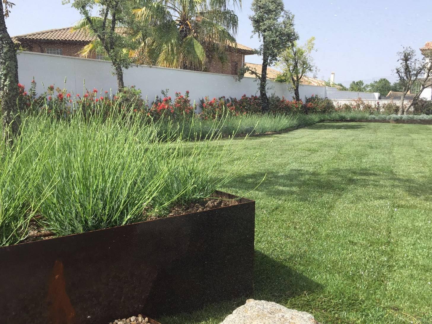 Las jardineras de acero corten modifican su altura para generar diferentes espacios.