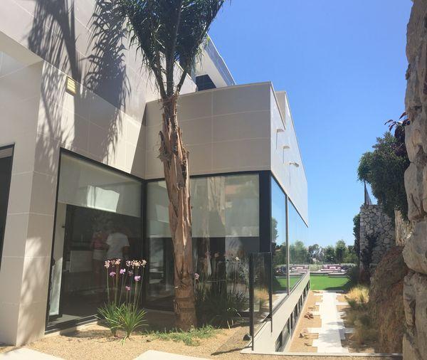 Pasillo lateral que conforma la transición entre la casa contemporánea y el límite rústico.